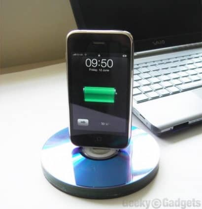 DIY : Recycled CD iPhone stand/dock