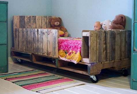 lori danell 3 DIY : Toddler pallet bed in wood pallets 2 furniture diy  with Wood / organic Pallets Bed