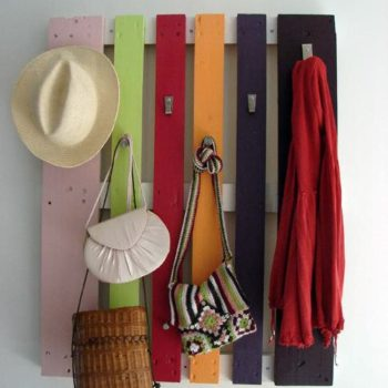 DIY : colorful pallet coat rack