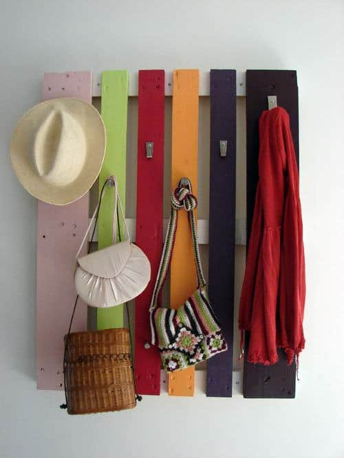 DIY : colorful pallet coat rack Do-It-Yourself Ideas Recycled Pallets
