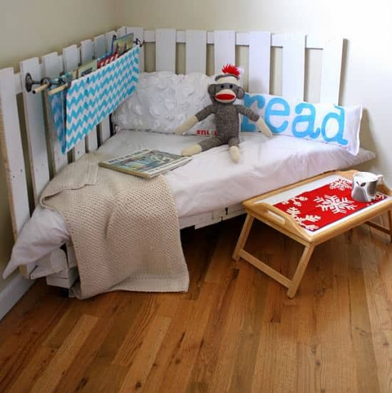 palletreadingnook DIY : Pallet reading nook in pallets 2 diy  with Pallets Kid DIY