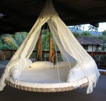 Reused trampoline into swinging bed