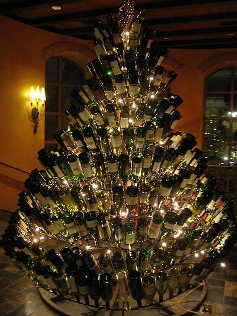 Wine bottle christmas tree recycled ideas recyclart for How to make a wine tree