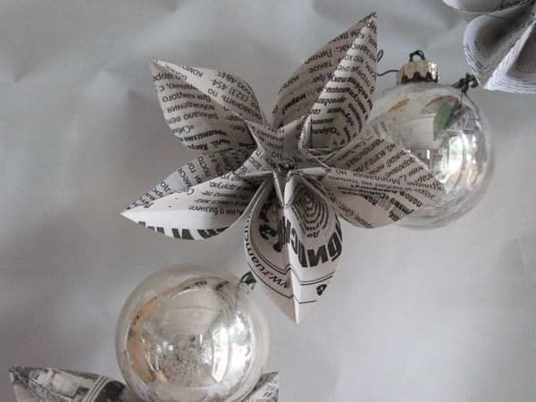 Newspapers Origami Wreath Do-It-Yourself Ideas Recycling Paper & Books