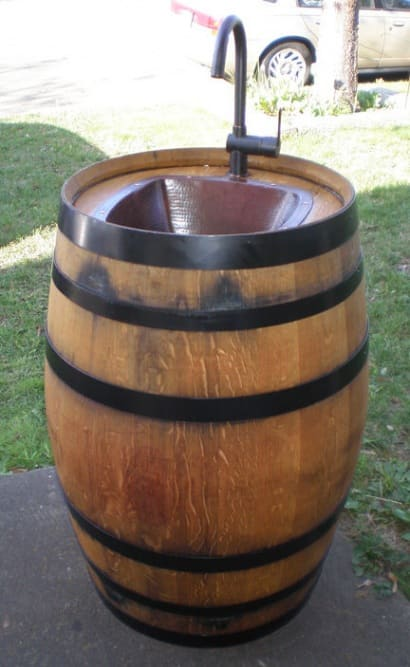 DIY : Outdoor sink made of recycled wine barrel
