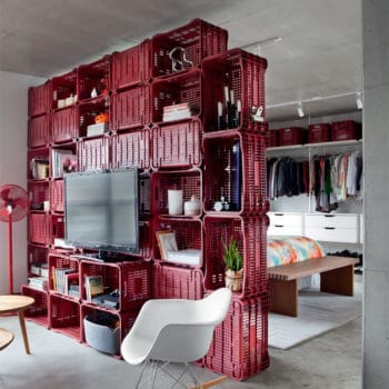 Crates used as room divider and deco in a 70m² apartment
