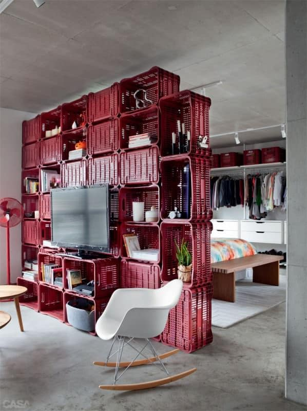 Crates used as room divider and deco in a 70m² apartment in plastics architecture  with
