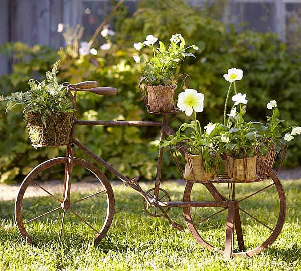 Garden decoration with recycled items Do-It-Yourself Ideas Garden Ideas