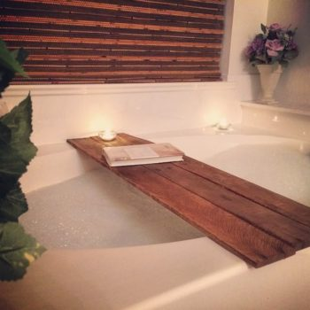Simple Bathtub Tray Made From Recycled Pallet