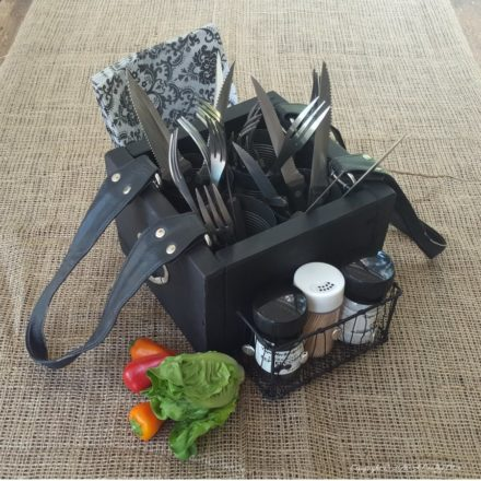 Turn An Old Handbag Into A Picnic Caddy