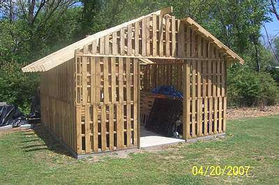 shed made from reclaimed pallets recyclart. Black Bedroom Furniture Sets. Home Design Ideas