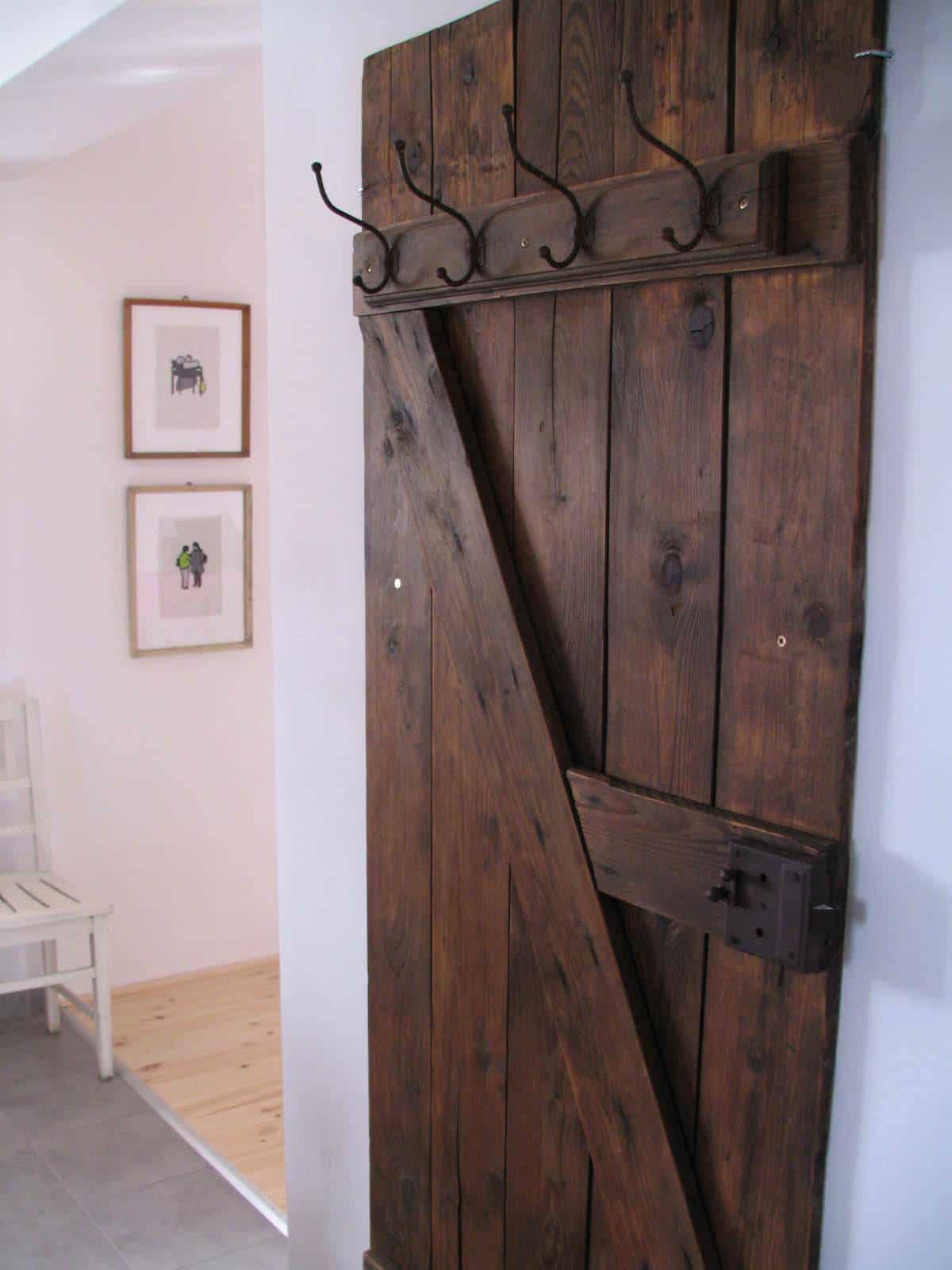 vintage door into coat rack recyclart. Black Bedroom Furniture Sets. Home Design Ideas