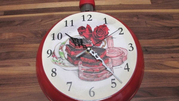 Upcycling Used Skillets Into Clocks Accessories
