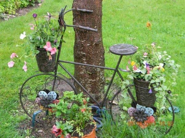 upcycling-bikes-garden-decor-from-reused-old-bicycle-with-flower-decoration
