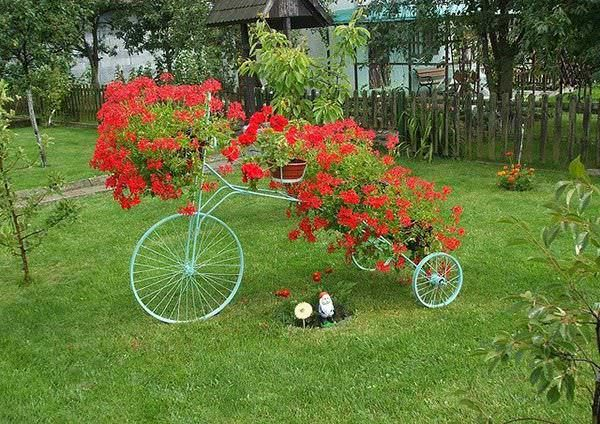 upcycling-bikes-unique-backyard-decoration-from-bicycle-flower-planter