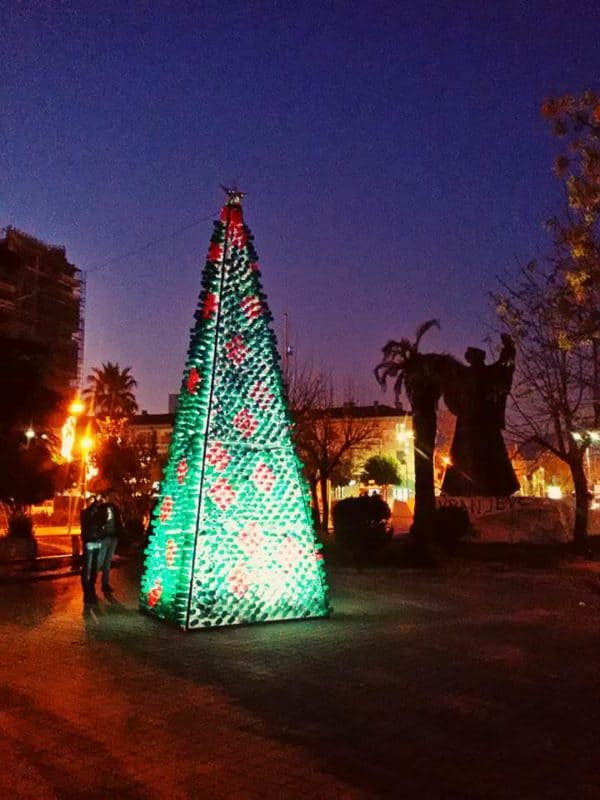 recyclart.org-christmas-tree-made-by-citizens-from-2200-recycled-plastic-bottles-in-elbasan-albania4