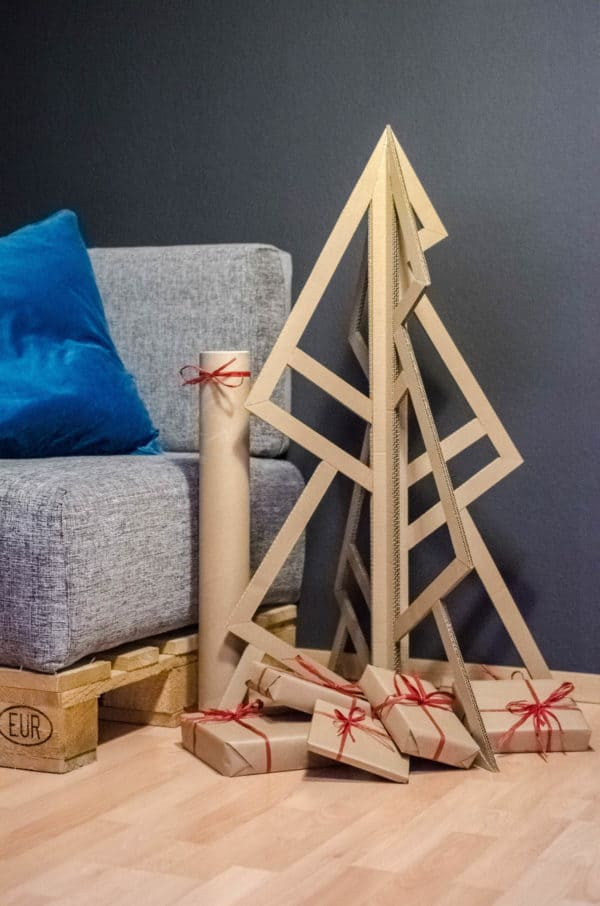 recyclart.org-christmas-tree-made-of-amazon-packaging