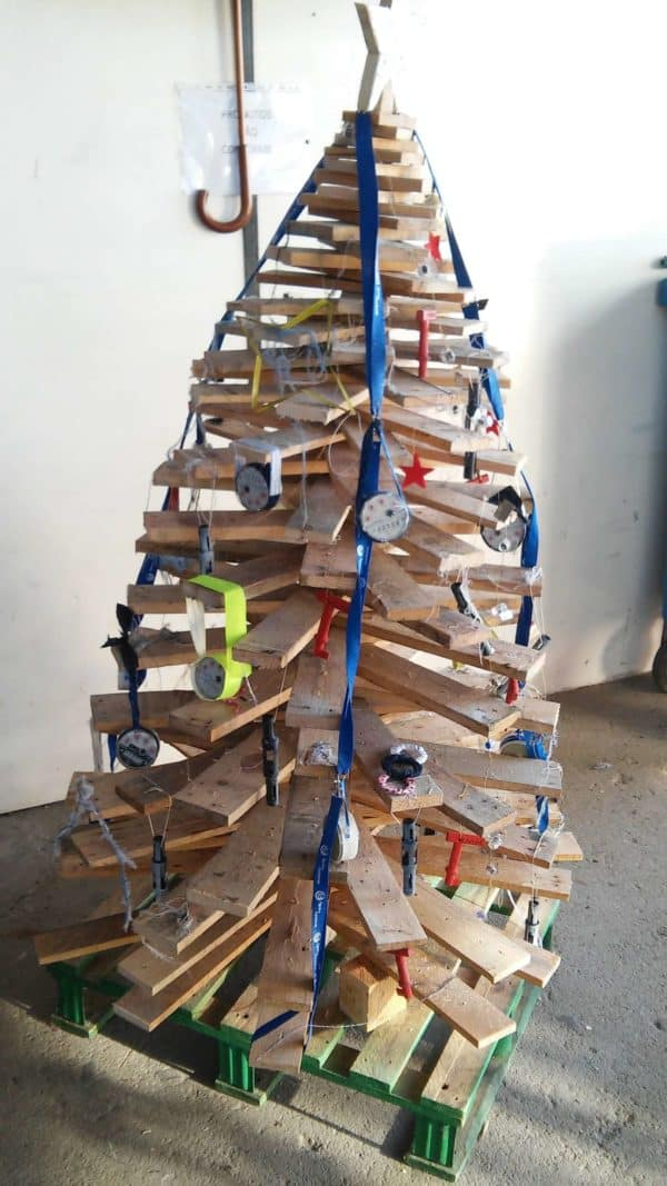 recyclart.org-christmas-trees-made-with-old-materials1