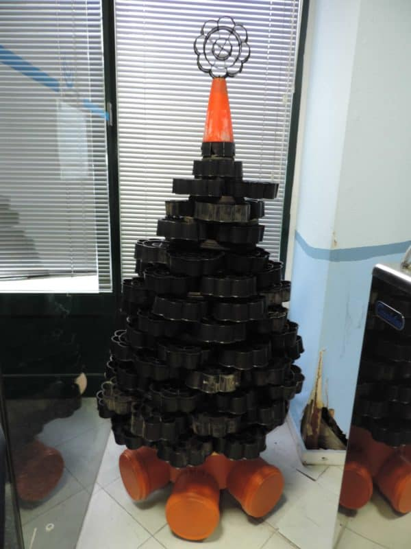 recyclart.org-christmas-trees-made-with-old-materials