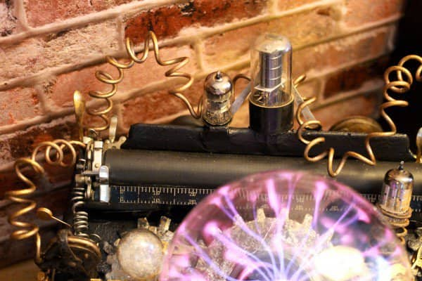 recyclart.org-steampunk-upcycled-vintage-1920-remington-typewriter-repurposed-plasma-desk-lamp9