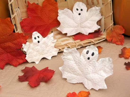 These easy ghosts are made by painting leaves like ghosts! A perfect kid-friendly Halloween 2017 project.