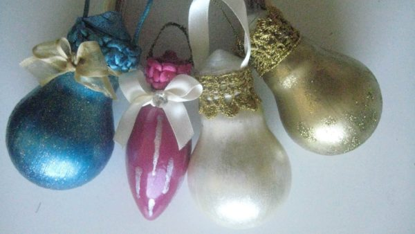 Christmas Decorations can be made from the humblest of items: old light bulbs!