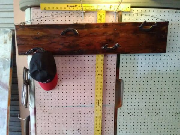 Upcycled Horseshoe Hat Rack Makes Cedar Look Amazing! Home & décor Recycling Metal Wood & Organic