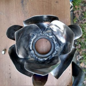 recyclart.org-metal-flower-stand-for-an-ornamental-marble