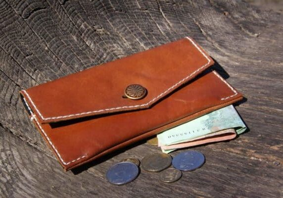 recyclart.org-old-boots-into-purse