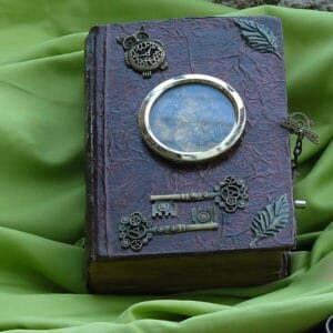 recyclart.org-steampunk-book-chest-with-music-box-08