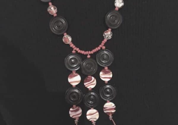 recyclart.org-upcycling-backgammon-stones-into-necklace-02